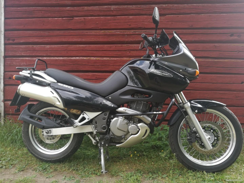 Suzuki Suzuki XF 650 Freewind - Moto.ZombDrive.COM